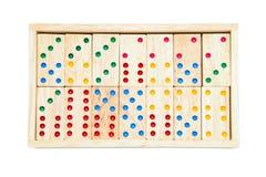Telhas do jogo do dominó na caixa de madeira do caso Isolado no backgrou branco fotos de stock