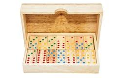 Telhas do jogo do dominó na caixa de madeira do caso Isolado no backgrou branco fotos de stock royalty free