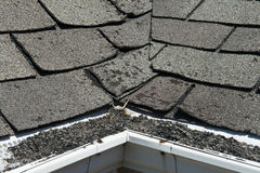 Telhas más e ondulando velhas do telhado em uma casa ou em uma casa Imagem de Stock Royalty Free