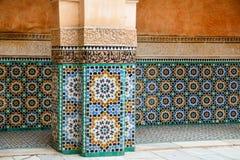 Telhas marroquinas coloridas em uma construção Imagens de Stock