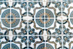 Telhas portuguesas modeladas azuis, brancas, amarelas Foto de Stock Royalty Free