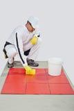 Telhas vermelhas limpas do trabalhador Fotos de Stock Royalty Free