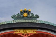Telhe a crista no santuário xintoísmo de Fushimi Inari Taisha imagens de stock