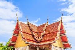 Telhe a igreja do templo tailandês no nordeste de Tailândia Fotos de Stock