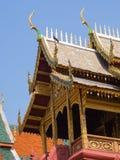 Telhe o estilo do templo tailandês com o vértice na parte superior, Tailândia do frontão Fotos de Stock Royalty Free