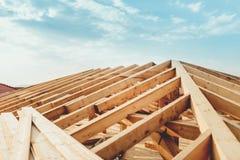 Telhe o sistema com a madeira, os feixes e as telhas de madeira Imagem de Stock