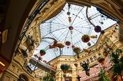 Telhe a vista do shopping da GOMA no quadrado vermelho Moscou Rússia fotografia de stock royalty free