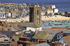 Telhe a vista superior do porto em St. Ives Cornwall, Inglaterra foto de stock royalty free