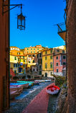Tellaro村庄街道和小船 Cinque terre, Ligury意大利 库存图片