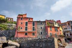 Tellaro -利古里亚-意大利的五颜六色的典型的中世纪议院 免版税库存图片
