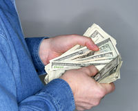 Tellend contant geld Stock Foto's