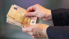 Tellend Europees papiergeld, contant geld tellende Euro stock videobeelden