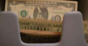 Tellend ons Dollarsbankbiljetten op Munt Tegenmachine stock videobeelden