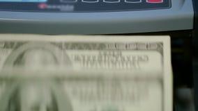 Tellend ons Dollarsbankbiljetten op Munt Tegenmachine Tellend papiergeld stock videobeelden