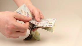 Tellend ron geld stock videobeelden
