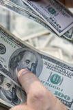 Tellende 100 dollarsrekeningen, de V.S. Royalty-vrije Stock Afbeeldingen