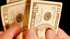 Tellende de dollarsrekeningen van het geldcontante geld in handen stock footage