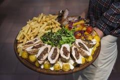 Teller, Aperitif mit Fleisch und Gemüse stockbilder