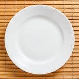 Teller auf einer Bambussänfte Stockfoto