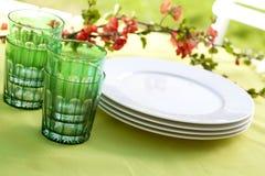 Teller auf einer Gartentabelle Lizenzfreie Stockfotografie