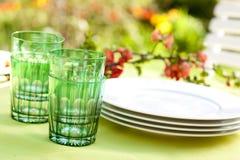 Teller auf einer Gartentabelle stockfotos