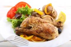 Teller der gebratenen Hühnerbeine Lizenzfreie Stockfotos