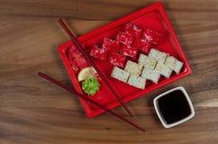 Teller der japanischen Küche auf dem Tisch lizenzfreies stockfoto