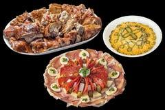 Teller des feinschmeckerischen wohlschmeckenden Aperitifs und des Olivier Salads mit Tellervoll Spucken gebratenem Schweinefleisc stockfotografie
