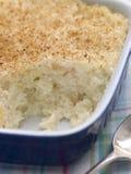 Teller des gesahnten Reis-Puddings mit Muskatnuts Stockbilder