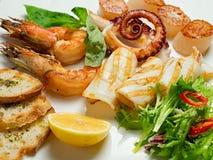 Teller des köstlichen Aperitifs mit Meeresfrüchten Lizenzfreie Stockbilder