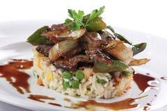 Teller des Rindfleisches oben auf den Reis getrennt stockfoto