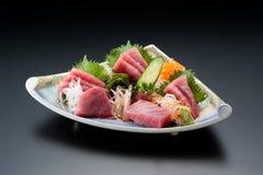 Teller des Sashimisushithunfischs mit Gurke, Zwiebel und Wasabi Lizenzfreie Stockfotografie