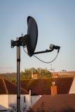 Teller Fernsehen Satalite auf Dachspitze Stockfotografie