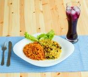 Teller gemacht von zwei Arten Reis auf einer weißen Platte und einem Glas von J Lizenzfreie Stockfotografie