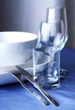 Teller, Gläser und Tischbesteck Stockfoto