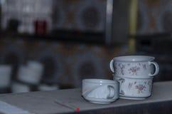 Teller im alten Gasthaus lizenzfreies stockfoto