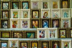Teller met de ortodoxpictogrammen bij de markt Stock Foto's