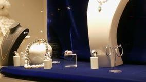 Teller met dure die luxejuwelen van goud, zilver, parels in het venster van juwelenopslag worden gemaakt stock videobeelden