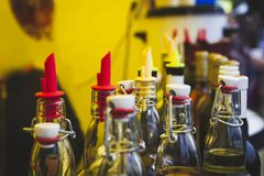 Teller met een verscheidenheid van flessen met alcoholische en fruitdranken Stock Afbeelding