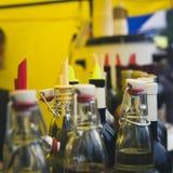 Teller met een verscheidenheid van flessen met alcoholische en fruitdranken Royalty-vrije Stock Foto