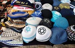 Teller met hoofddeksels van godsdienstige Joden royalty-vrije stock afbeelding