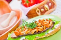 Teller mit Aubergine und Pilzen auf der Tabelle lizenzfreie stockbilder
