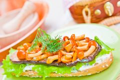 Teller mit Aubergine und Pilzen auf der Tabelle Stockbild