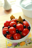 Teller mit den in Büchsen konservierten Tomaten Stockfotografie