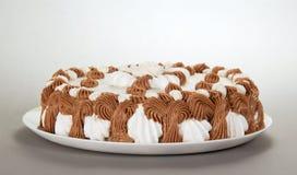 Teller mit einer Torte Stockbilder