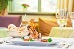 Teller mit Garnele auf der Tabelle in einer Gaststätte lizenzfreie stockfotografie