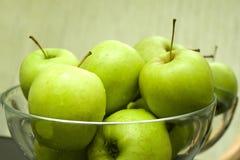 Teller mit grünen Äpfeln stockfoto