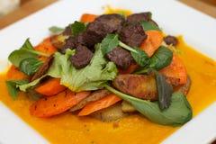 Teller mit Karotten und Rindfleisch Lizenzfreie Stockfotos