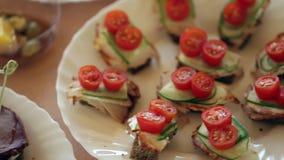 Teller mit Rindfleisch Canapes und Gemüsesandwichen, die Kamera bewegt sich glatt stock video