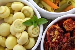 Teller mit Teigwaren, trockenen Tomaten und Pilz Lizenzfreie Stockfotografie